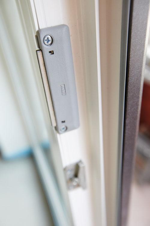 Установка магнитных защелок на балконную дверь мастерская по.